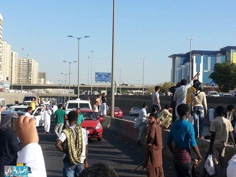 عاجل : اغلاق كوبري الملك عبدالله بشارع الستين بجدة من قبل بعض العمالة ( صور +فيديو )
