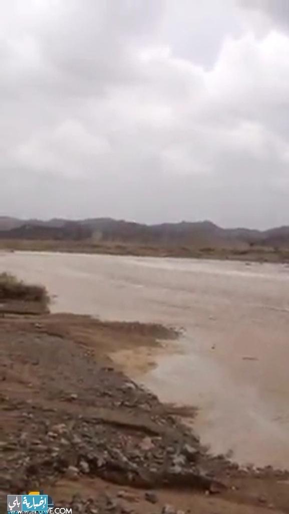 الامطار الغزيرة تهدد قرية بداء