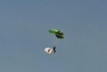 نادر البلوي احد المشاركين في استعراضات القفز الحر