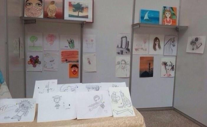 الطفلة المبدعة شذا البلوي تبهر أنظار الزوار برسوماتها الإبداعية في بازار ( إبداعي من بيئتي ) .