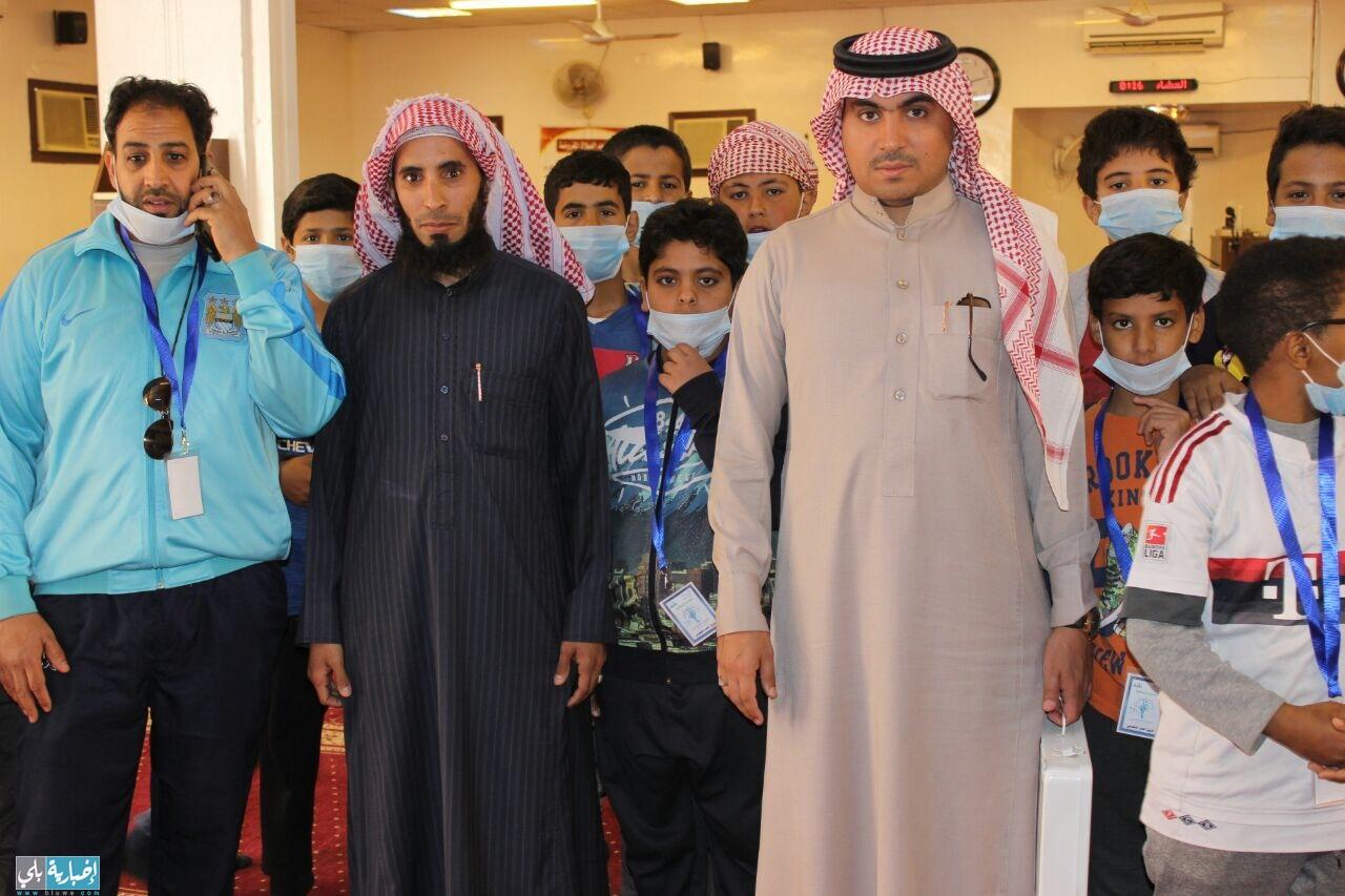 فريق ابتدائية الرازي التطوعي يقوم بنظافه مسجد الحي